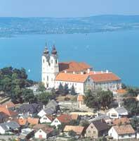 Венгрия. Вид на аббатство на полуострове Тихань и озеро Балатон