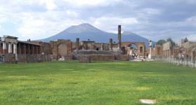 Панорама Помпеи на фоне Везувия